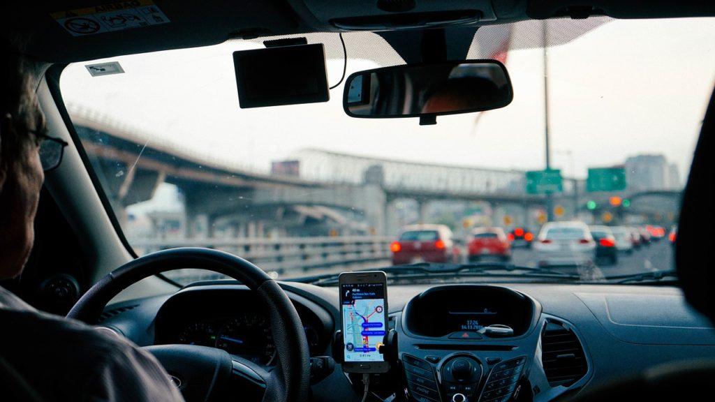 Das Handy als Navi am Steuer ist erlaubt, solang der Fahrer das Gerät nicht in die Hand nimmt.
