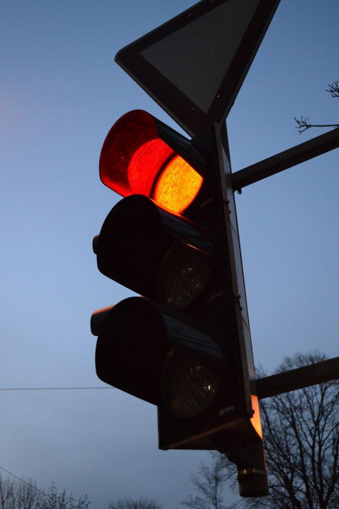 Fahrer, die eine rote Ampel überfahren und dabei geblitzt werden, müssen mit Bußgeldern, Punkten in Flensburg und Fahrverboten rechnen.
