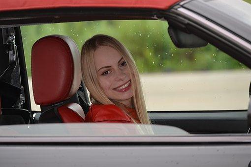 lächelnde Frau am Steuer