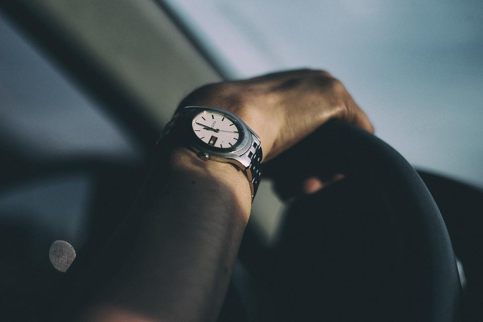 Faustformel zur Abstandsberechnung: Sekunden zählen, um den Abstand zu messen.