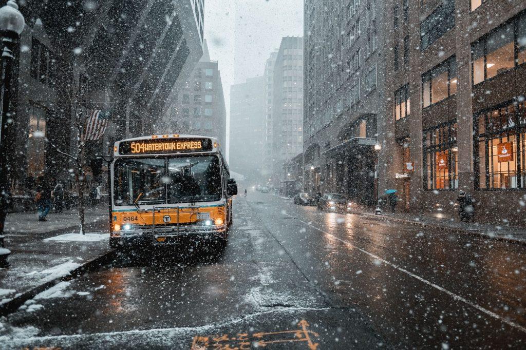 Linienbuss mit Warnblinker
