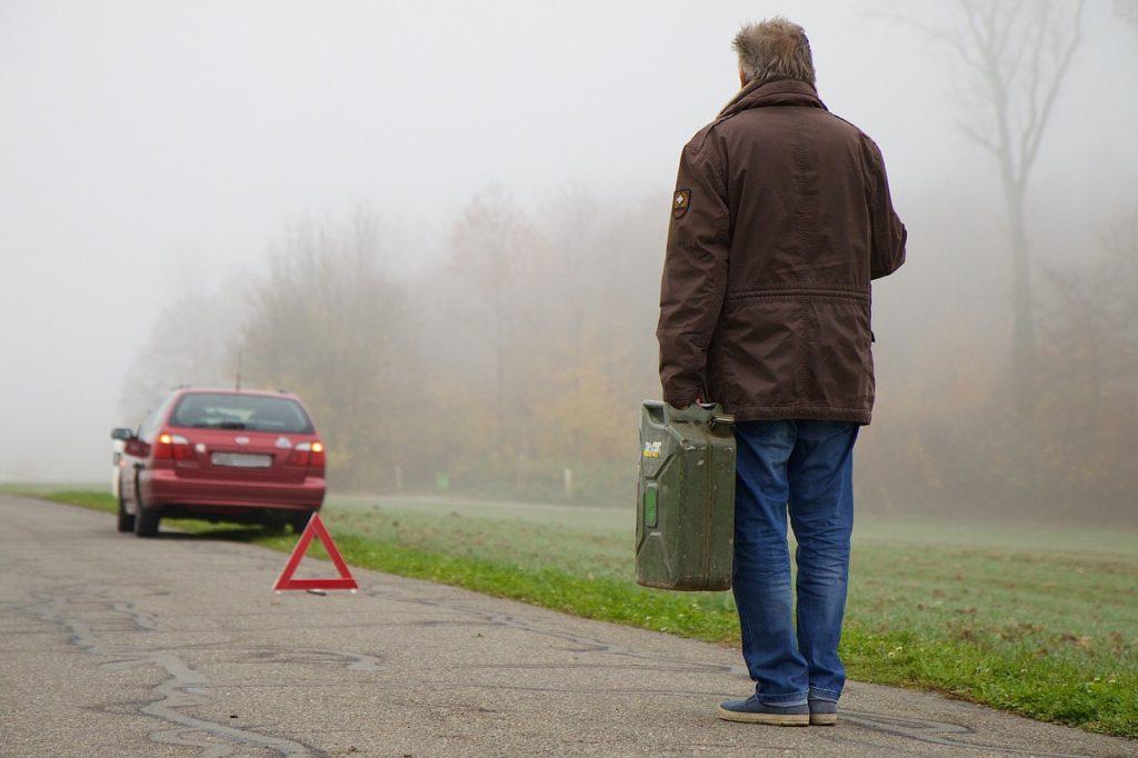 Bei Liegenbleiben mit dem Fahrzeug ist neben dem Warnblinker ein Warndreieck aufzustellen