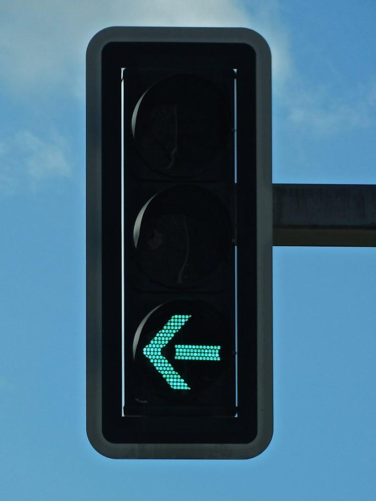 Kreuzung mit Ampel für jede Fahrtrichtung