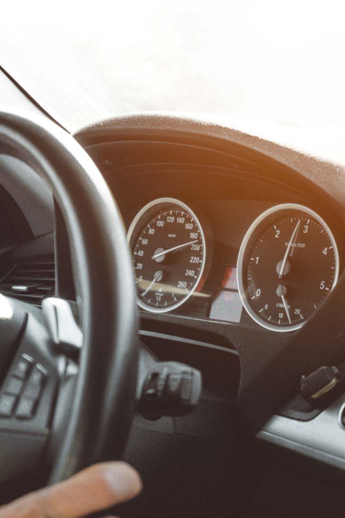 Wer mit mehr als 70 km/h zu schnell unterwegs ist und geblitzt wird, muss mit den höchsten Strafen für Geschwindigkeitsverstöße rechnen.