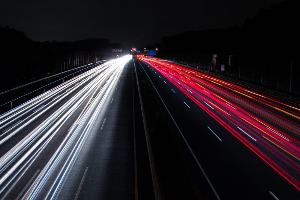 Die Richtgeschwindigkeit gilt auf der Autobahn und außerorts, wenn kein anderes Schild ein Tempolimit angibt.