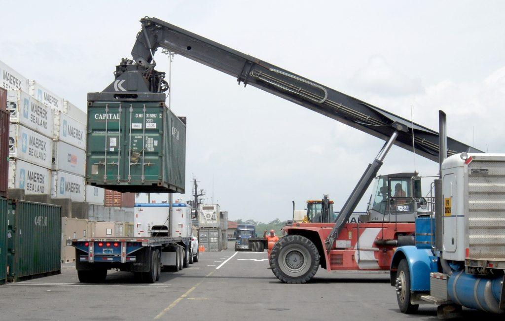 Beim Beladen eines LKW müssen die Vorschriften beachtet werden.