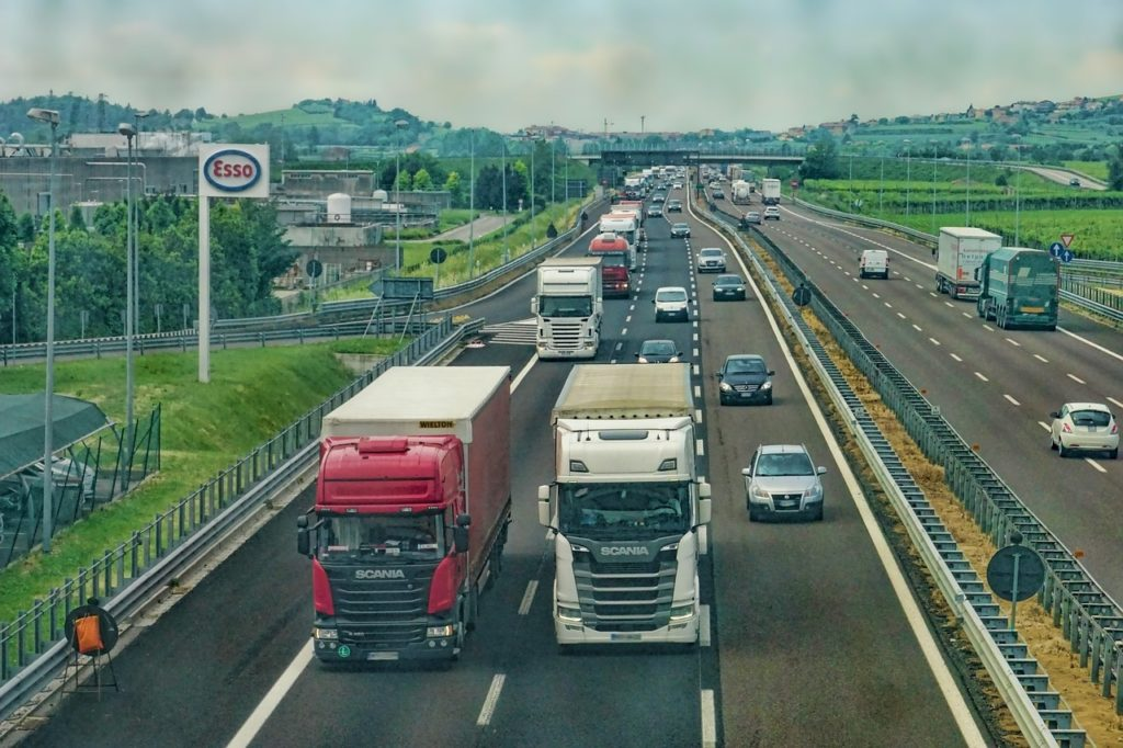 LKW müssen auf der Autobahn die Geschwindigkeitsvorgaben einhalten - auch bei Zeitdruck.