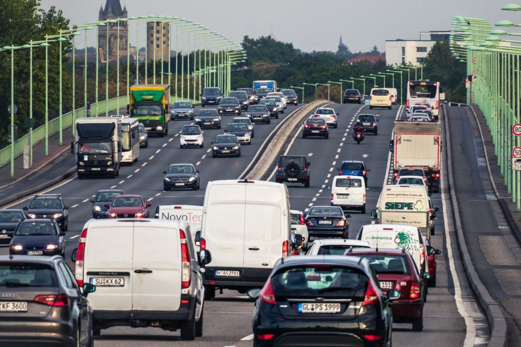 Ein angemessener Sicherheitsabstand innerorts ist wichtig, um Unfälle zu vermeiden.