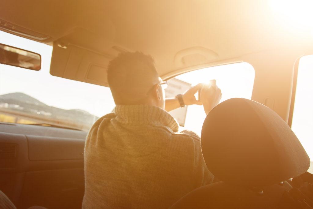 Der Fahrlehrer darf das Handy als Beifahrer nur unter bestimmten Bedingungen bedienen.