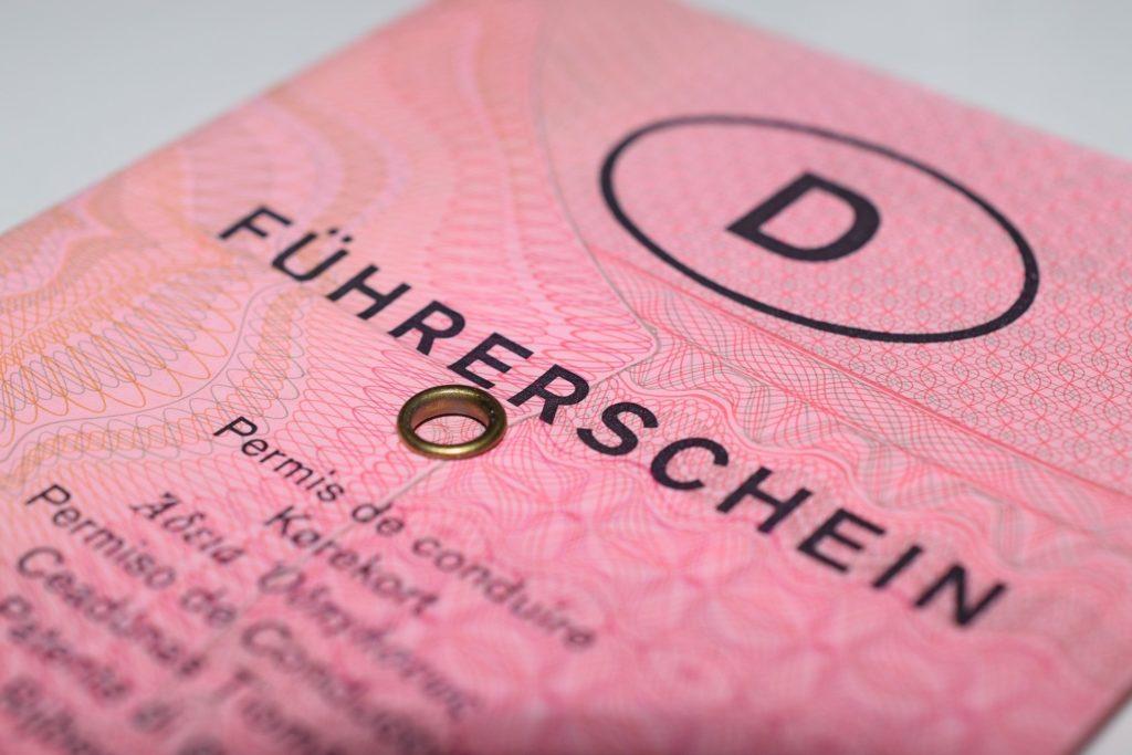 Bei einem Fahrverbot wird der Führerschein temporär abgenommen.