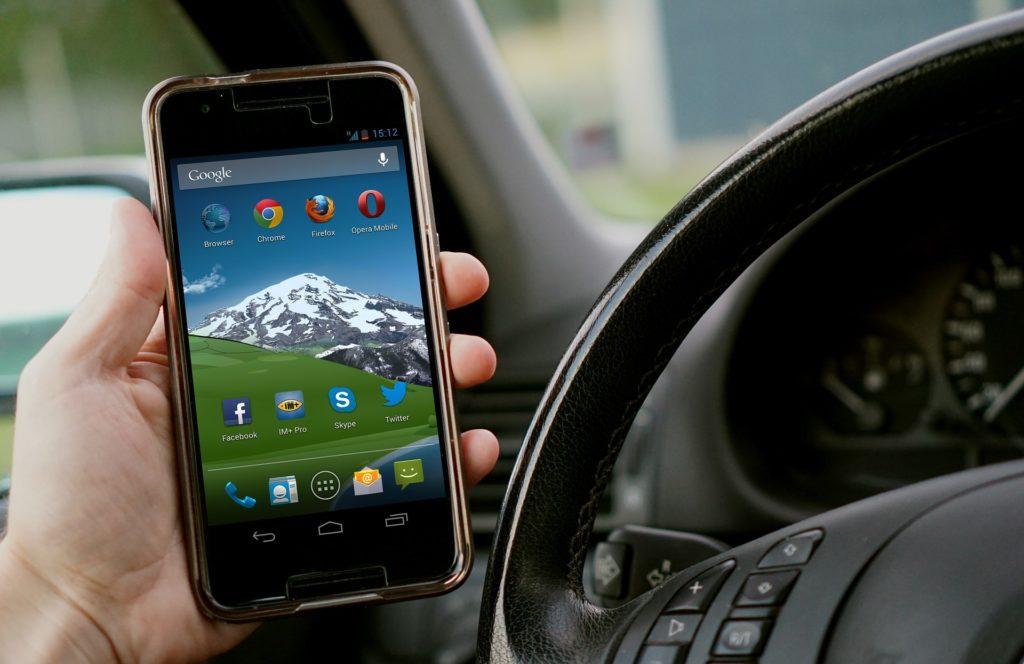Das Handy in der Hand am Steuer ist ein Verstoß gegen die StVO.