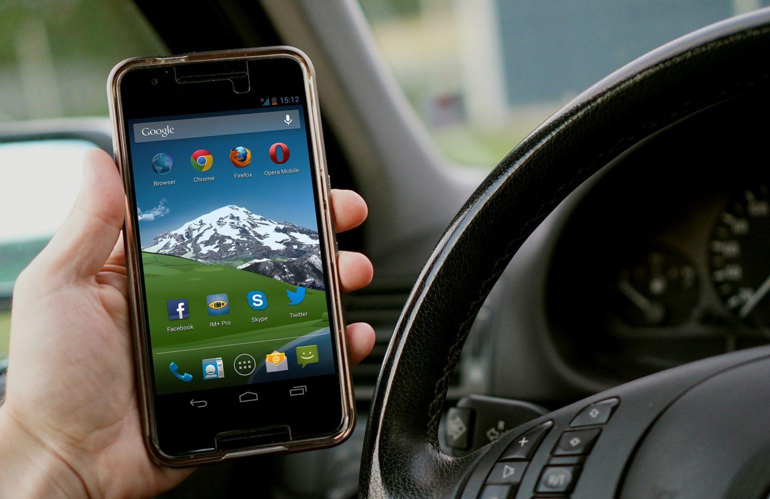 Einspruch bei Handy am Steuer: Wann lohnt sich das?
