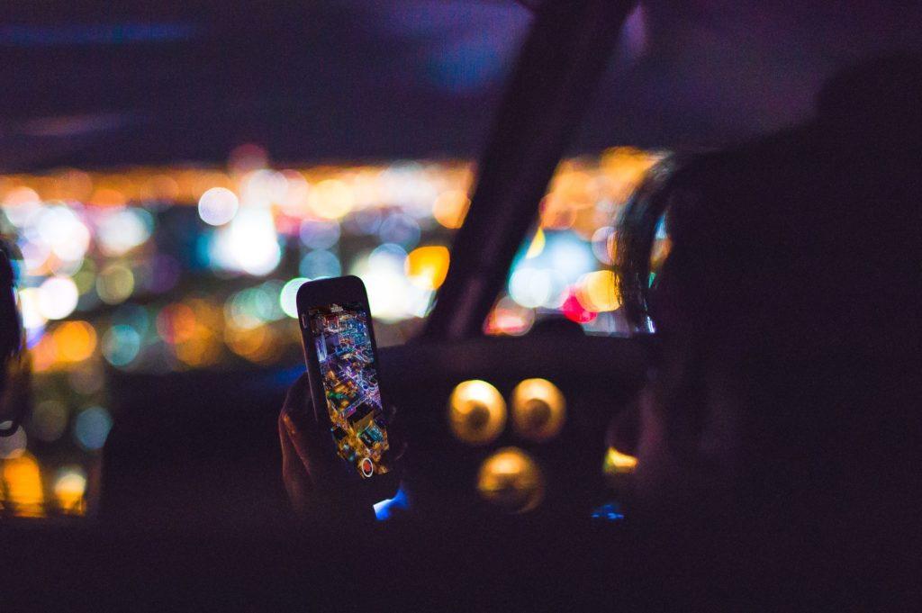 Wer mit dem Handy geblitzt wird, muss mit Strafen für beide Vergehen rechnen.