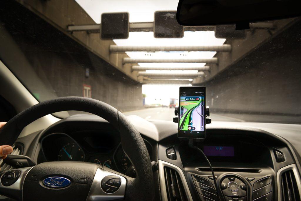 Ist das Handy in einer Halterung ,ist die Nutzung während der Fahrt erlaubt.