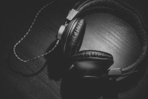 Kopfhörer sind am Steuer unter bestimmten Bedingungen erlaubt.