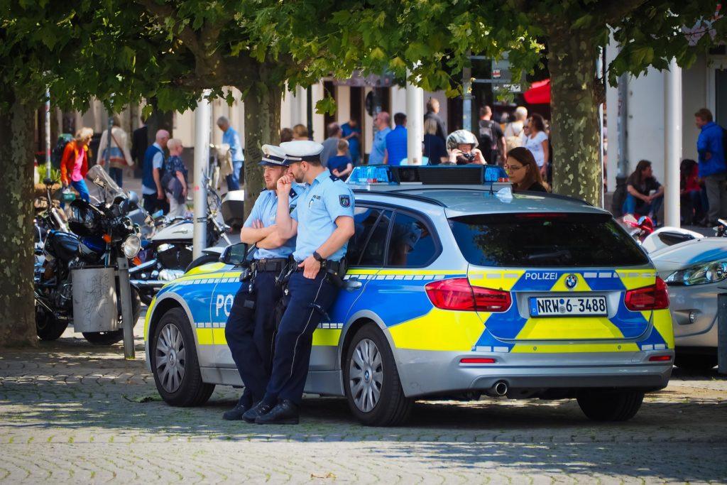 Polizisten messen den Sicherheitsabstand per Augenmaß