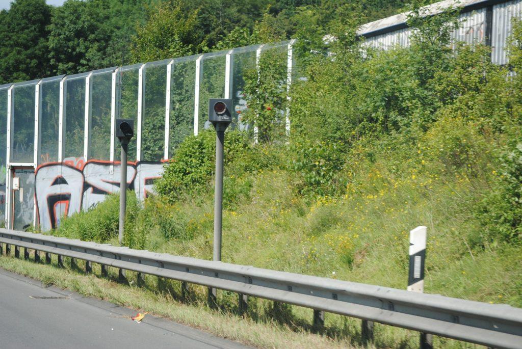 Sicherheitsabstand: Blitzer messen den Abstand der Autos auf Autobahnen und Landstraßen. Einspruch bei Abstandsmessung mit Fehlern kann sinnvoll sein.