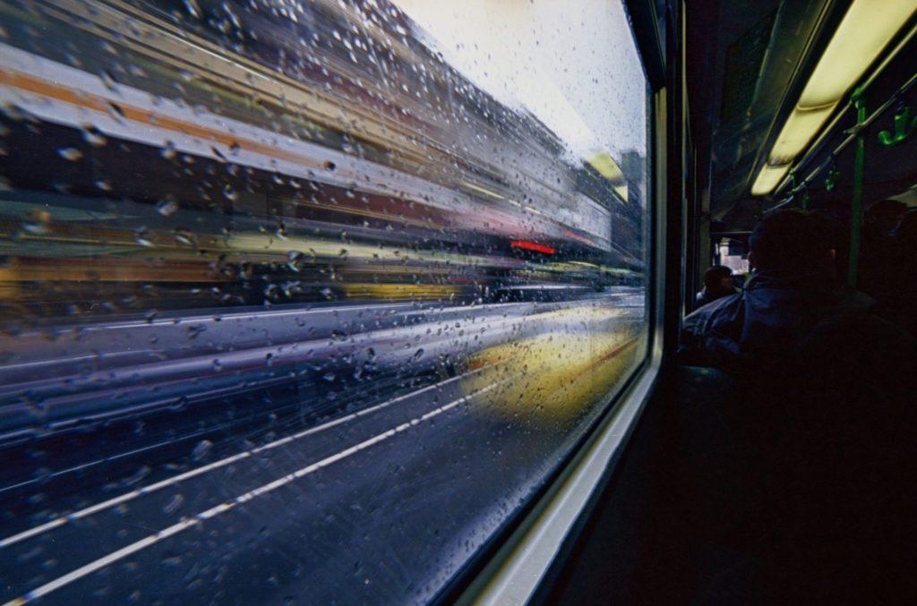 Auch Busse können geblitzt werden, wenn sie zu schnell fahren. Es drohen Bußgelder, Punkte und Fahrverbote für Busfahrer.