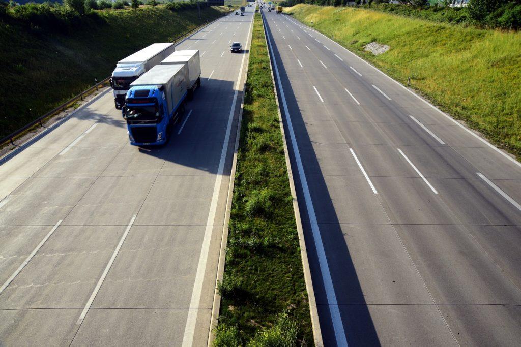 LKW müssen auf der Autobahn einen besonders großen Sicherheitsabstand einhalten.