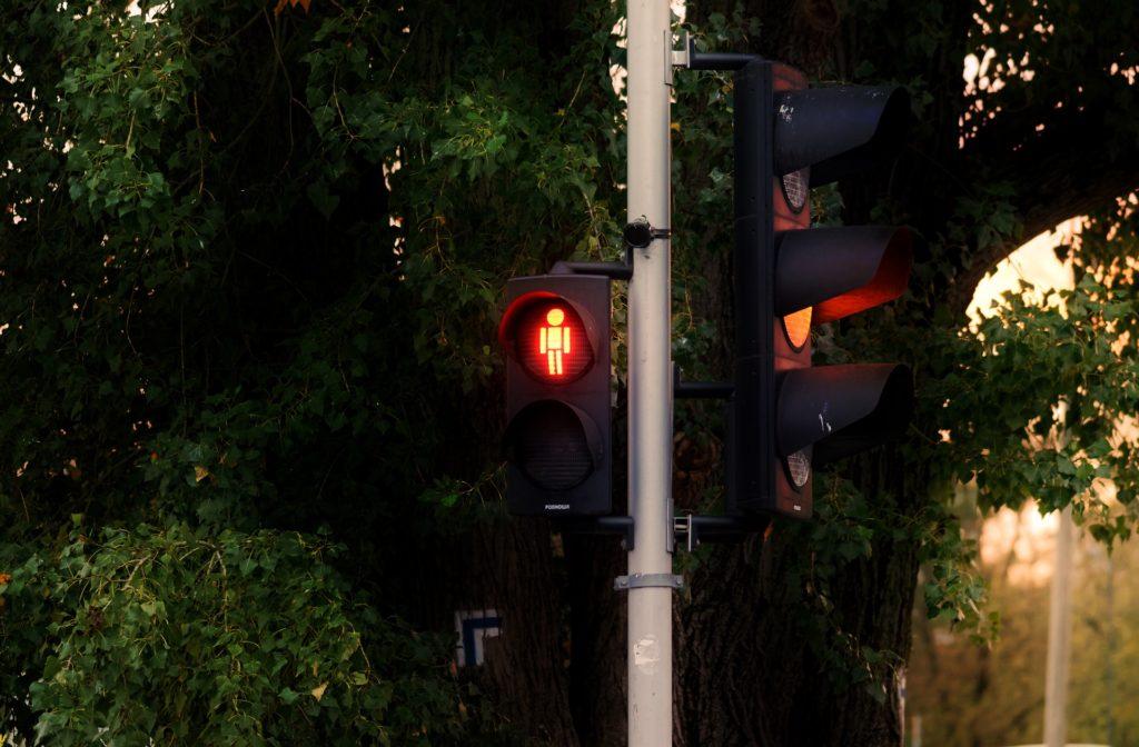 Qualifizierter Rotlichtverstoß: Welche Strafen drohen Autofahrern und Fahranfängern in der Probezeit?