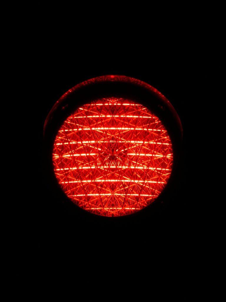 Gründe für einen Einspruch bei einem Rotlichtverstoß: Wer den Bußgeldbescheid anfechten will, braucht eine gute Begründung.