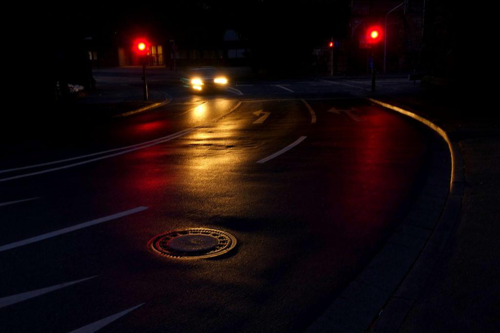 Ein Rotlichtverstoß in der Probezeit bedeutet verschärfte Strafen aus dem Bußgeldkatalog.