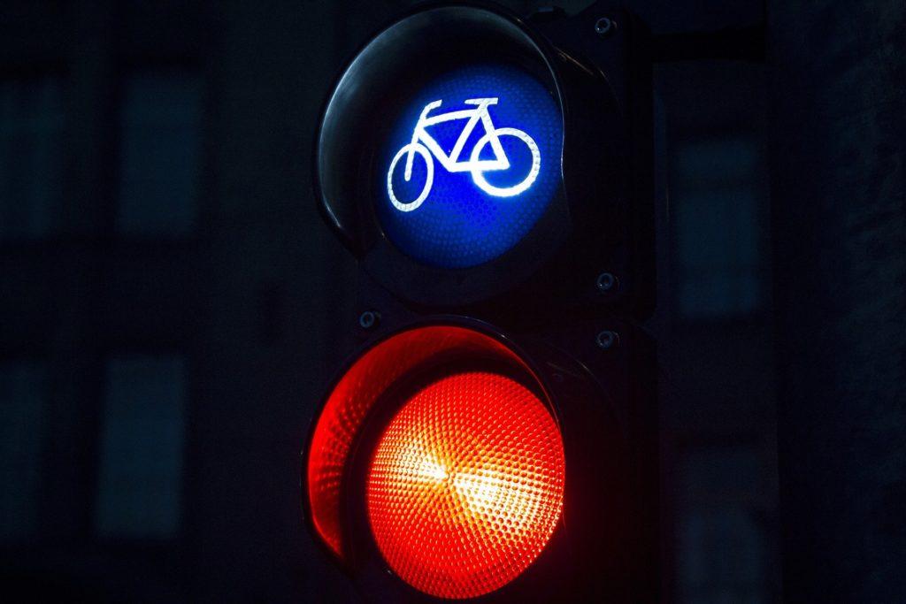 Fahrradfahrern drohen bei einem Rotlichtverstoß ebenfalls Bußgelder und Punkte.