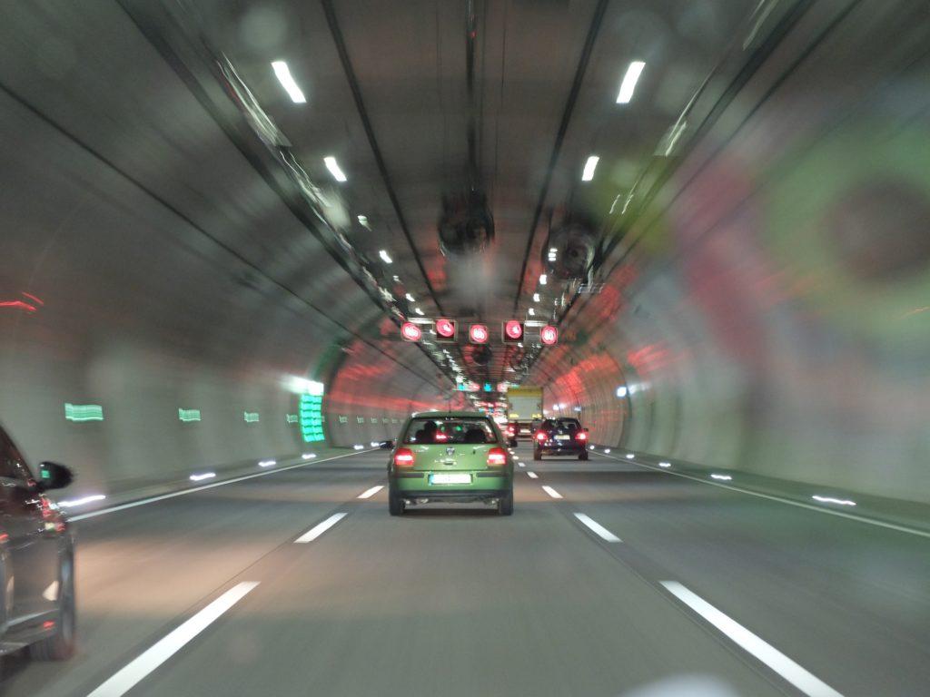 Mit einer Faustformel lässt sich der Bremsweg berechnen.