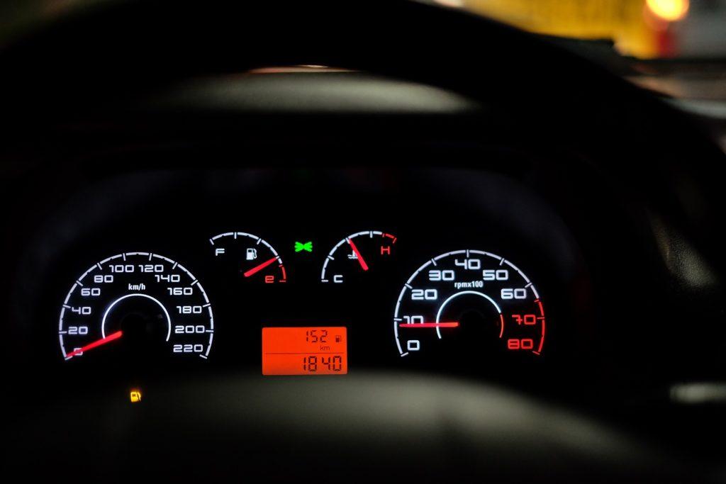 Geschwindigkeitsverstoß: Wer innerorts oder ausserorts 21 km/h bis 25 km/h zu schnell fährt, muss mit Strafen aus dem Bussgeldkatalog rechnen.