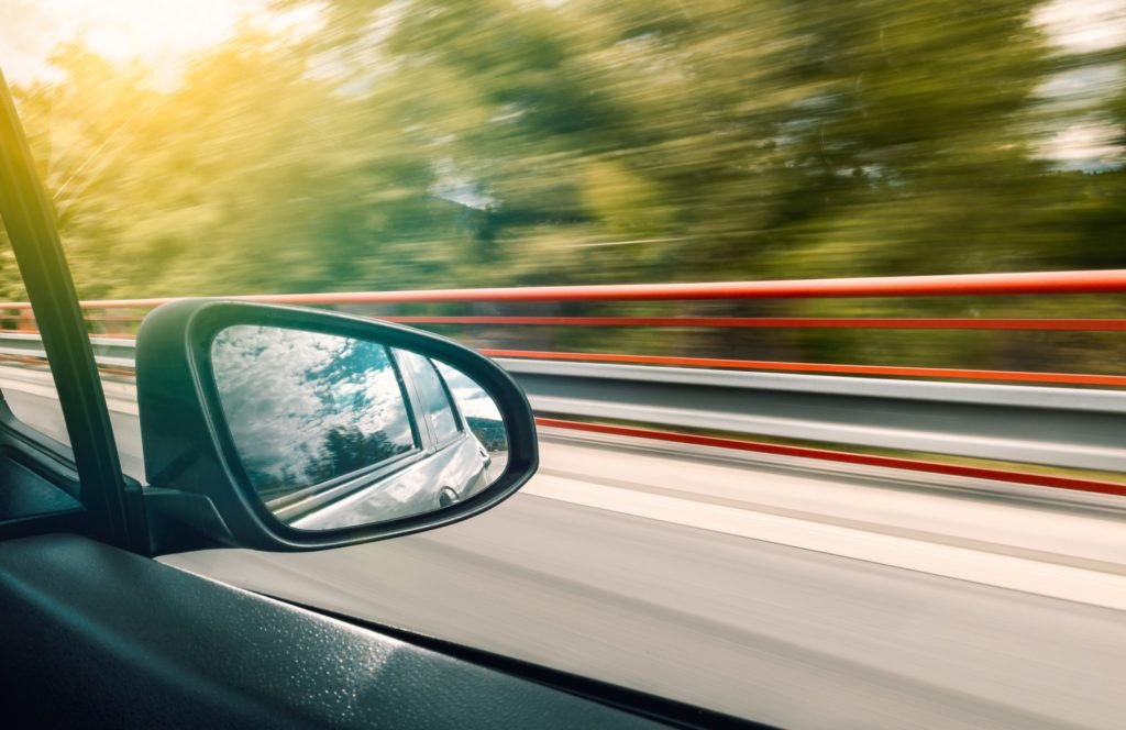 Geschwindigkeitsverstoß von 51 kmh bis 70 kmh: Wer innerorts oder außerorts zu schnell fährt, riskiert Strafen aus dem Bußgeldkatalog.