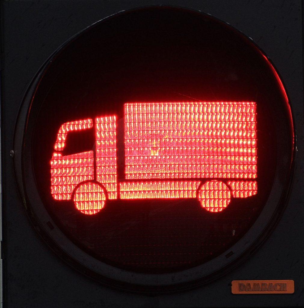 Mit dem Lkw bei Rot über die Ampel gefahren: Ein Rotlichtverstoß zieht auch für Lkw-Fahrer Konsequenzen nach sich.