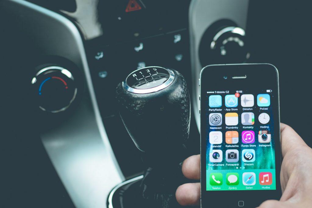Wer mit dem Handy am Steuer erwischt wird, muss mit Strafen aus dem Bußgeldkatalog rechnen.
