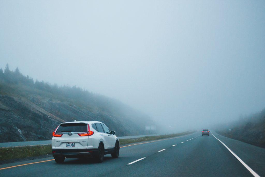 Pkw-Abstand bei Nebel auf der Autobahn