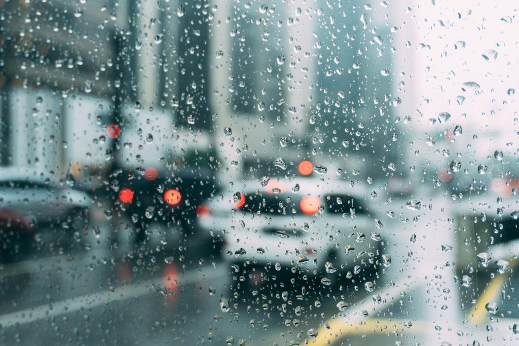 Regen, Nässe und andere Witterungen beeinflussen die Länge von Anhalte- und Bremsweg